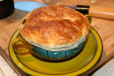 Zwiebelsuppe mit Parmesan-Blätterteighaube - Rezept