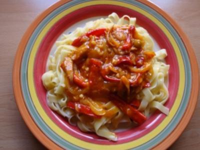 Bandnudeln mit Paprika-Zwiebel-Knoblauch-Thunfischsoße - Rezept