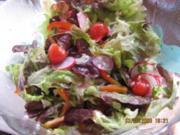 Roter Salat mit sommerlichen Zutaten - Rezept