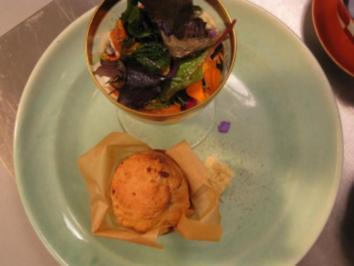 Salatbecher mit Ei, Lachs und Baby-Bete, Brioche und Parmesanbutter - Rezept
