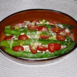 Rezept: Grüner Spargel mit Gorgonzolasoße und Ofenkartoffeln.