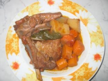 Geschmorte Lammhaxe mit Gemüse und Wein. - Rezept
