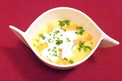 Kartoffelsuppe mit Lachsstreifen und Sahnehäubchen - Rezept