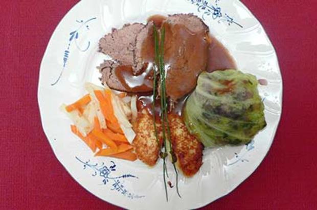 Rinderschmorbraten mit Gemüse, gefüllten Kohlköpfchen und Kroketten - Rezept