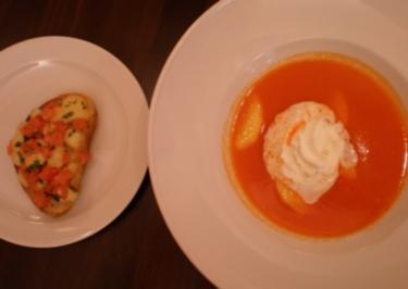 Paprikacremesuppe mit Pfirsichfilets und Tomaten-Mozzarella-Bruscetta - Rezept