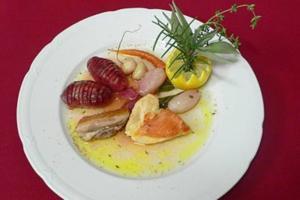 Bresse-Huhn in Zitronen-Kräutersud mit Schalotten und Bäckerinkartoffeln - Rezept