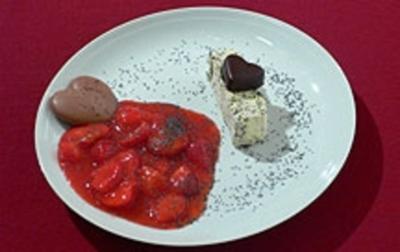 Rezept: Mohnparfait mit beschwipsten Erdbeeren