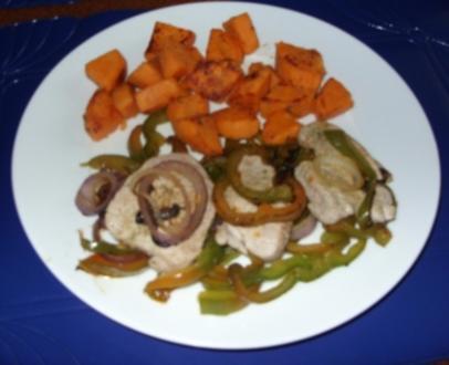 Süßkartoffeln mit Filet auf Paprika-Zwiebelbett - Rezept