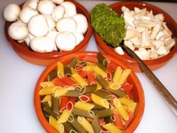 Rezept: NUDELN: Bunte Champignon-Pesto-Pasta