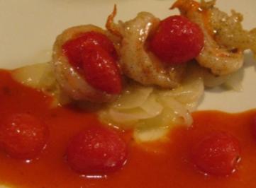 Vanillegarnelen auf Zitronenzwiebeln an geschmorten Kirschtomaten im Tomatensud - Rezept