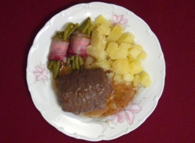Rindsroulade mit Salzkartoffeln und Bohnen im Speckmantel - Rezept