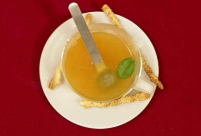 Rezept: Klare Tomatenconsommé im Teeglas an ausgewählten Kräutern (Mola Adebisi)