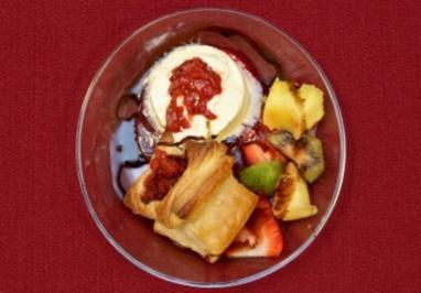 Blätterteig mit karamellisierten Erdbeeren dazu Vanilleeis (Mola Adebisi) - Rezept