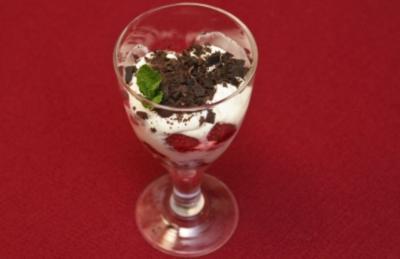 Himbeeren-Sahne-Baiser mit dunkler Schokolade und Käseplatte mit Sticks (Petra Nadolny) - Rezept