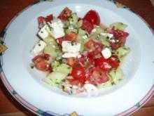 Gurken-Tomatensalat mit Schafskäse - Rezept