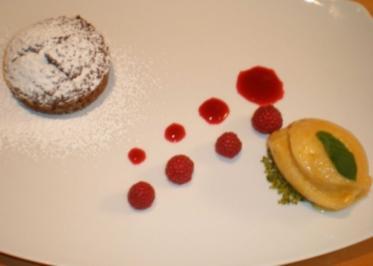 Schokoladensoufflee mit flüssigem Kern an Aprikosen-Proseccosorbet auf Himbeerspiegel - Rezept