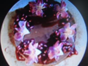 Schoko-Chili-Torte mit essbaren Orchideen und Granatapfelsauce - Rezept