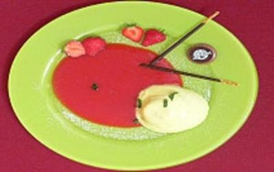 Rezept: Bayerische Creme auf Früchtespiegel mit frischen Erdbeeren