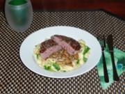 Rinderfilet auf Rucola-Nudelnest mit Champignon-Balsamico Sauce - Rezept