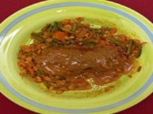 Gerolltes Fleisch mit Topfen-Gouda-Füllung auf buntem Gemüsebett - Rezept