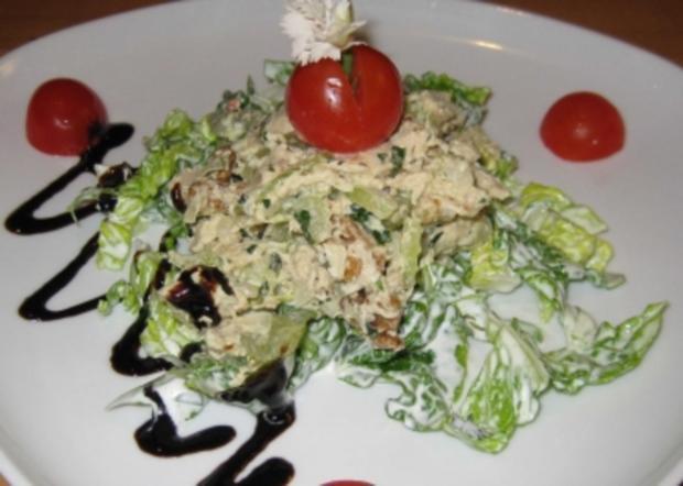 Southern Style Geflügelsalat auf Salatbett mit Kirschtomaten - Rezept