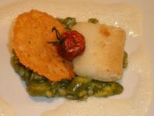 Heilbutt auf grünem Spargelrisotto mit Parmesansoße und Parmesanchips - Rezept