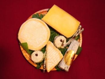 """Fromages des Régions de France. La tarte """"Marlène"""" aux renettes parfumée à l'amaretto sur un lit de pétales des roses (Marlène Charell) - Rezept"""