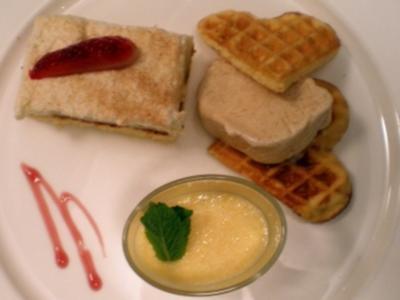 Birnentörtchen mit Zimtparfait und Orangenmousse auf Biskuitwaffel - Rezept