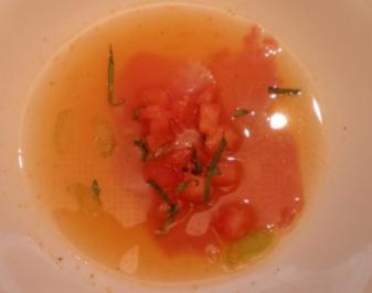 Klare Tomatensuppe mit rohen Kalbsfiletscheiben - Rezept