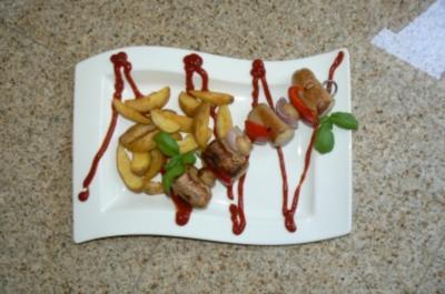 Bratwürstchenspieß auf Potato Wedges und Tomaten-Basilikum Dip - Rezept