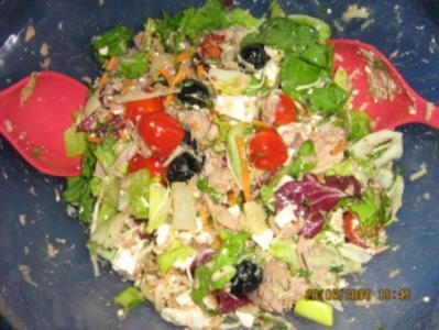 Bunter Sommersalat mit Tunfisch und Schafskäsedressing - Rezept