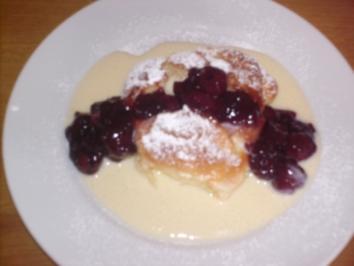 Rezept: A´ Dampfnudeln mit Vanillesauce und Sauren Kirschen