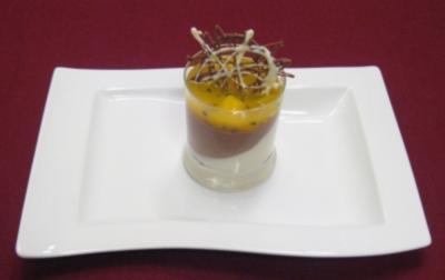 Zweierlei schräge Mousse mit Mango-Maracuja-Ragout - Rezept