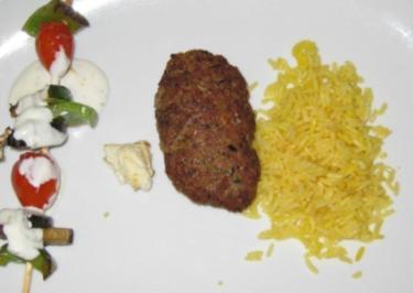 Weizen-Bulgur-Lammhack-Kebap dazu gegrillte Gemüsespieße und Safranreis - Rezept