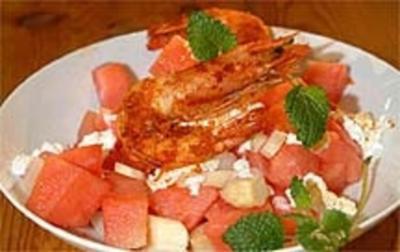 Wassermelonensalat mit weißem Spargel, Hüttenkäse und Scampi - Rezept