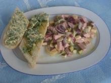 Wurstsalat mit aufgebackenen Brot und selbstgemachter Knobibutter - Rezept