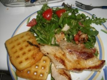 Schweinerippe mit Kartoffelwaffeln und Ruccular-Tomatensalat - Rezept