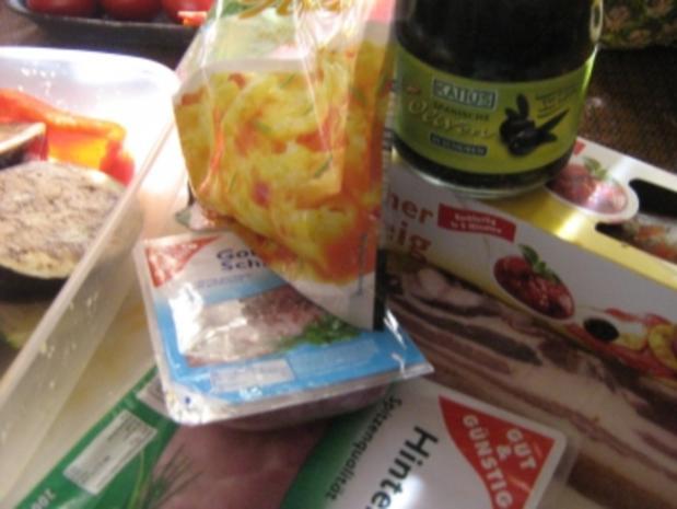 Pizza mit zweierlei Schinken und Käse mit einem Gemüsemix - Rezept - Bild Nr. 2