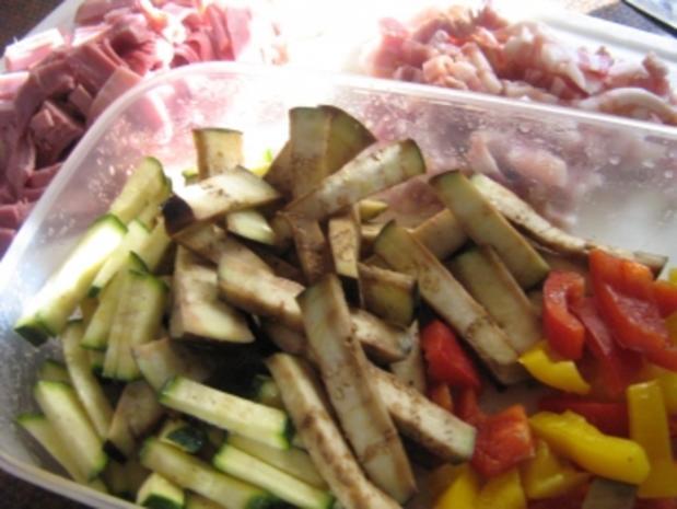 Pizza mit zweierlei Schinken und Käse mit einem Gemüsemix - Rezept - Bild Nr. 3