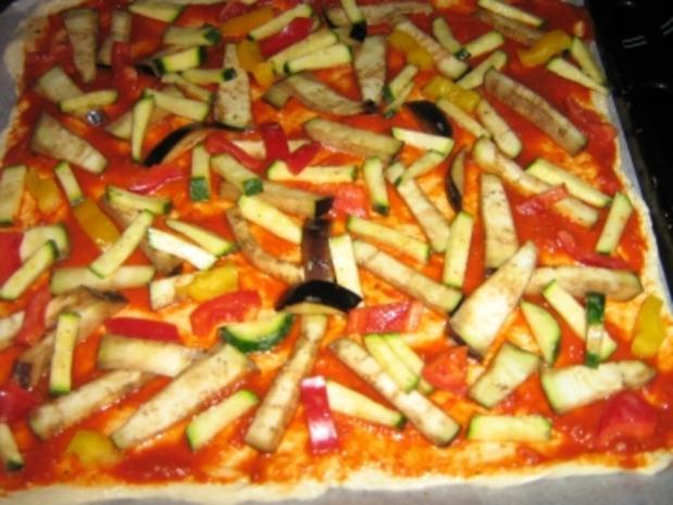 Pizza mit zweierlei Schinken und Käse mit einem Gemüsemix - Rezept - Bild Nr. 6