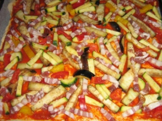 Pizza mit zweierlei Schinken und Käse mit einem Gemüsemix - Rezept - Bild Nr. 7