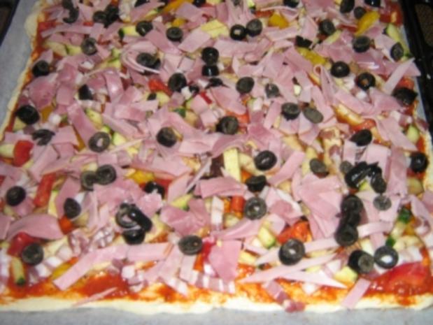 Pizza mit zweierlei Schinken und Käse mit einem Gemüsemix - Rezept - Bild Nr. 8