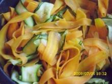 Fleisch:  Hähnchen in feiner Soße und Couscous mit Karotten- und Zucchinistreifen - Rezept