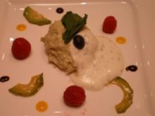 Avocado-Limettenmousse mit Jogurt-Minzeschaum und frischen Himbeeren - Rezept