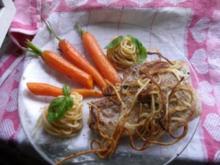 Gefülltes Kotelett mit glasierten Mörchen und gebratenen Nudeln - Rezept