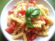 Pasta Caprese freddo---Fusilli mit kalten Tomaten-Mozarellawürfeln - Rezept