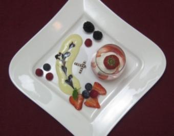 Hochzeitscreme mit Himbeeren, Fruchtsoße und Puderzucker - Rezept