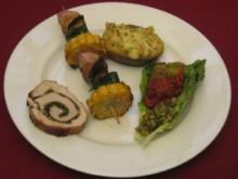 Schweinerücken mit Gemüsespieß, gefüllter Kartoffel, 3 Salsas und Brot - Rezept