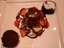 Basilikum-Quarkmousse auf Erdbeeren an Schoko-Balsamicosoße und Schokoladentarte - Rezept