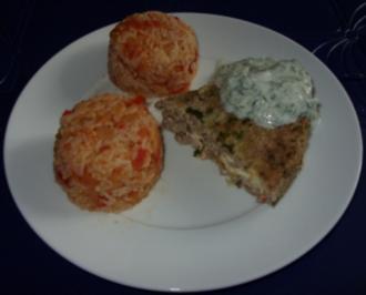 Rezept: Hackfleischtorte mit Tomaten-Reis und Tsatsiki-Sauce